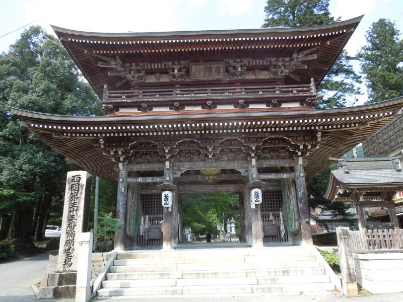 6)富岡屋前に建つ谷汲山・仁王門