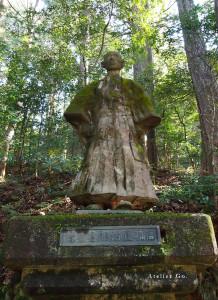 8)緑ケ池の東に建つ高橋正治郎の石像