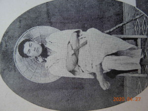 無銭旅行で美濃国黒野へ大きな編み笠を背に、16歳(君伝より)