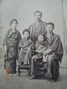 義兄温の家族と一緒に右端に誠之助左端は川崎八右衛門の妻・幸(君伝より)